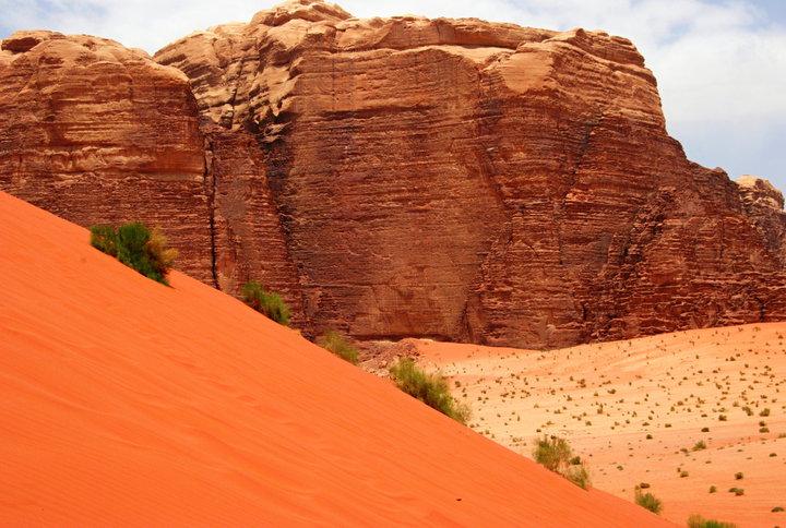 Red Sand Dunes  - Это прекрасный участок пустыни образуют многоцветные скалы и песок